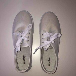 Vita låga skor ifrån Nelly! Aldrig använda.