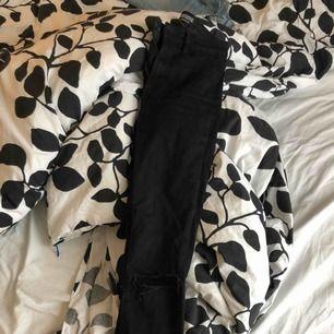 Svarta snygga jeans från Zara, hål på knäna.  Fint skick!
