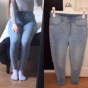 Ljusblå högmidjade jeans ifrån H&M! Säljer då dom blivit för små för mig.