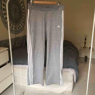 Adidas raka mjukisbyxor. Köpt på second hand för 200kr. Använd få gånger. Möts upp på Södermalm i Stockholm, det går även bra att frakta. Köparen står för frakten :)