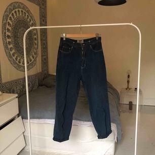 Jeans köpt från second hand. Använd få gånger. Säljer pga att det inte riktigt är min stil längre. Möts upp på Södermalm i Stockholm eller fraktar. Köparen står för frakt :)