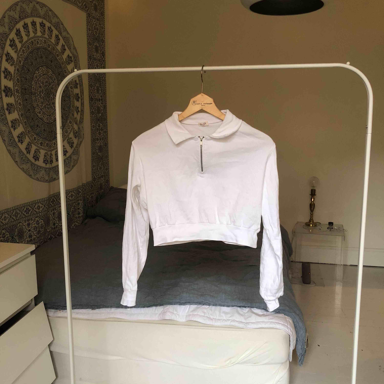 Långärmad crop top med krage köpt från Brandy Melville. Köpt för kanske 250kr. Möts upp på Södermalm i Stockholm, det går även bra att frakta. Köparen står för frakt :) . Skjortor.