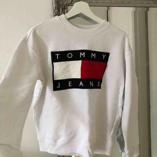 Sweatshirt från Tommy Hilfiger i fint skick, använd endast ett par gånger Tröjan är inköpt på ASOS förra året och är äkta