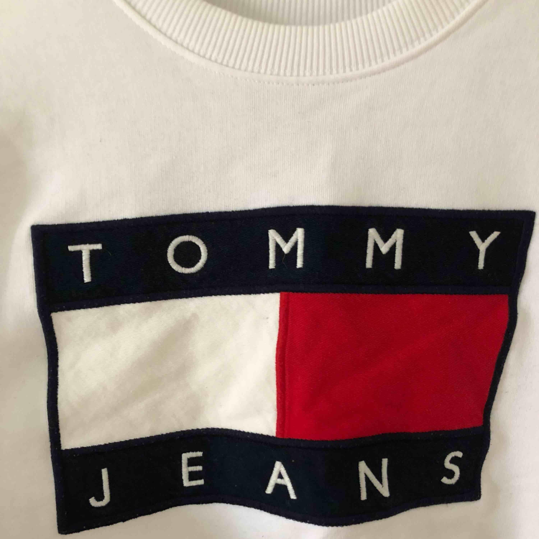 Sweatshirt från Tommy Hilfiger i fint skick, använd endast ett par gånger Tröjan är inköpt på ASOS förra året och är äkta  . Tröjor & Koftor.