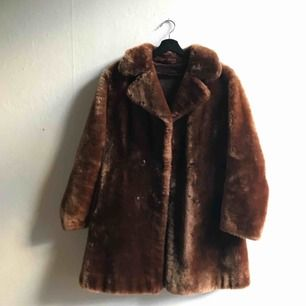 En vintage fakepäls kappa. Jättebra skick Köparen står för eventuell frakt, jag kan annars mötas upp i Stockholm.