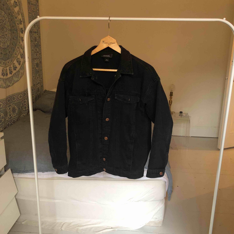 En svart jeansjacka från Monki. Använd få gånger. Toppen skick. Sitter som en S/M. Möts upp på Södermalm i Stockholm eller fraktar. :) . Jackor.