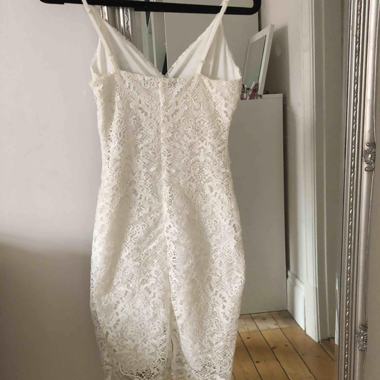 Superfin spetsklänning ifrån BikBok, aldrig använd eftersom den är för liten för mig💫. Klänningar.