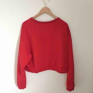 Röd lite kortare sweatshirt, knappt använd och i bra skick