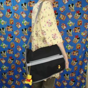 Supersöt Disney-axelremsväska med nalle puh på framsidan och texten