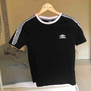 En svart tröja med vita detaljer från Umbro men köpt från ASOS. Möts upp på Södermalm i Stockholm eller fraktar. Köparen står för frakten :)