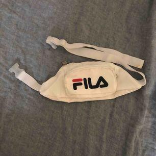 Fila fannypack. Inköpspris 450kr. Använd få gånger. Möts upp på Södermalm i Stockholm eller fraktas. Köparen står för frakt :)