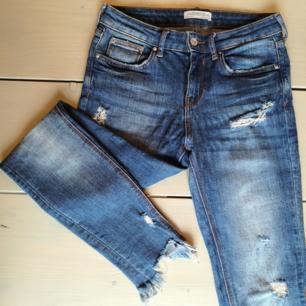 Snygga jeans från Zara i storlek 34. I stretch, så supersköna att ha på sig! Väldigt fint skick.