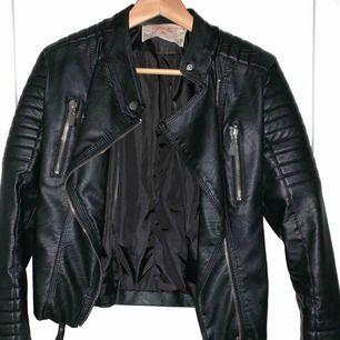 Svart Moto Jacket från Chiquelle. Helt perfekt skick! Brukar ha S/M i jackor och denna sitter perfekt.