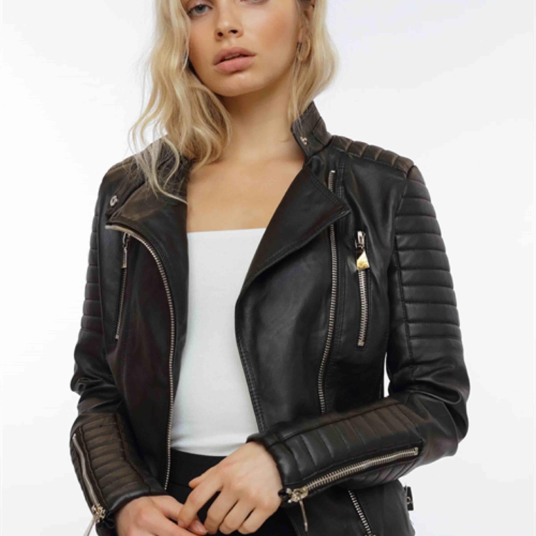 Svart Moto Jacket från Chiquelle. Helt perfekt skick! Brukar ha S/M i jackor och denna sitter perfekt. . Jackor.
