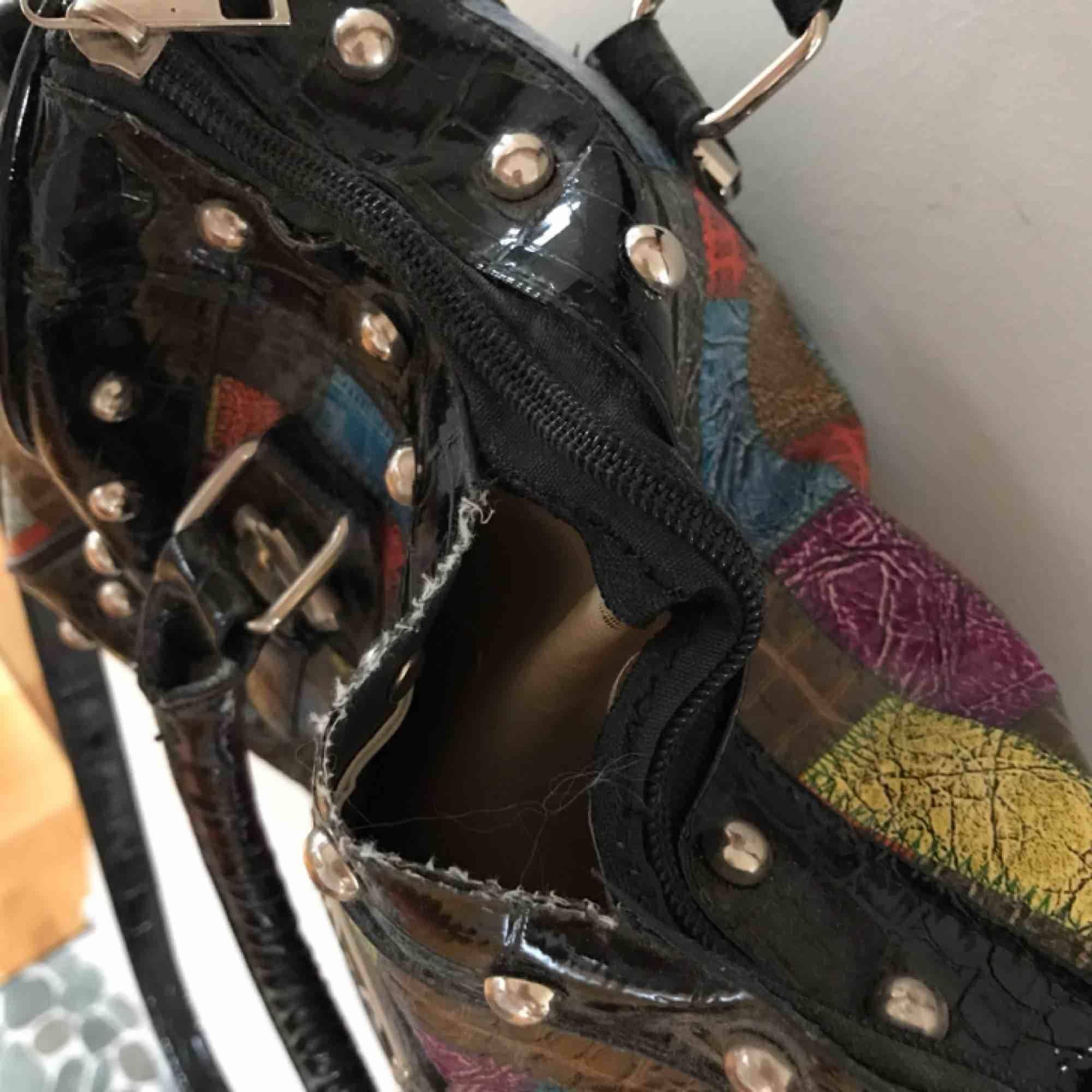 Min å så söta väska är det nu dags att ta farväl till! Reglerbart axelband och en liten slitning vid dragkedjan. Älskar denna! Så söta färger och så praktisk. Ta hand om den!. Väskor.