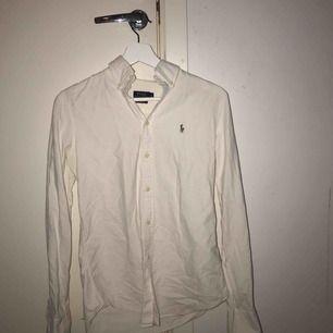 Ralph Lauren skjorta storlek S vit ej strycken på bilden därför skrynklig