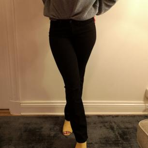 Levi's 714 Straight i storlek 27. Snygga svarta jeans, med ganska rak passform och lite stretch. Supersköna att ha på sig!