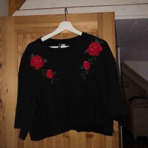 Jättesnygg tröja med rosor från h&m. Säljer pga att den inte används mer. Strl L men snygg att ha oversize! Frakt 55kr 🥰