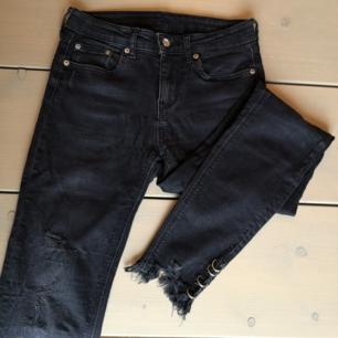 Supercoola jeans från Zara, med metalldetaljer vid ankeln. Gråsvarta stretchjeans med snygga slitningar och rå kant. I storlek 34, men passar även en 36a!