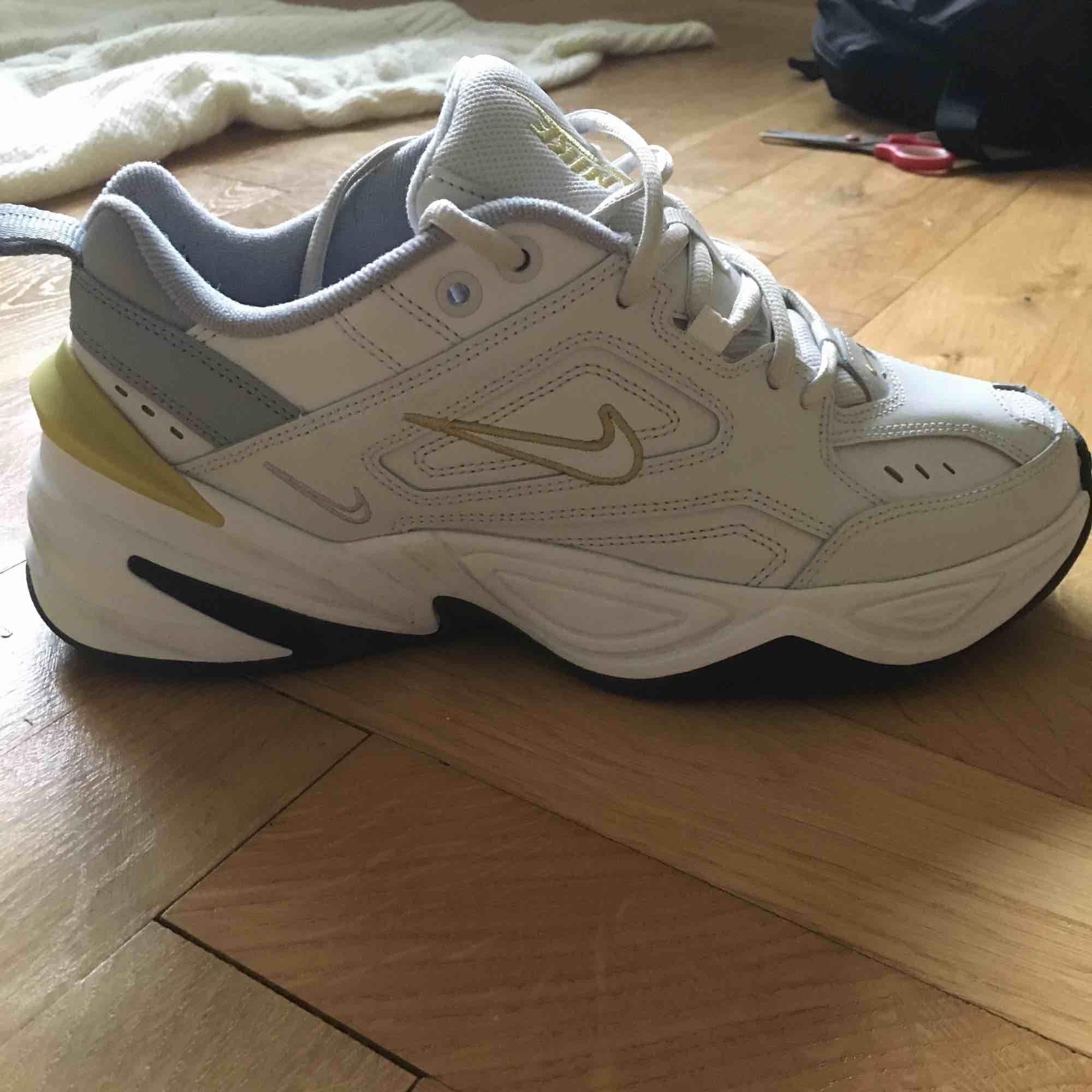 Säljer Nike M2K tekno, använda en gång. Superfint skick! Köparen står för frakten. Skor.