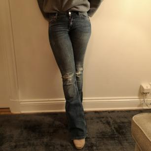 Riktigt coola jeans i supersnygg tvätt! I modellen flare med snygga slitningar på knäna. I storlek 34 från Gina Tricot. Lite stretchiga och i väldigt fint skick!
