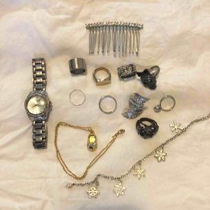 Ringar vanliga 10kr Ringar med dekor 20kr Klocka 50kr Halsband med sko från guldfynd 30kr Kam med stenar, balfrisyr etc 40kr