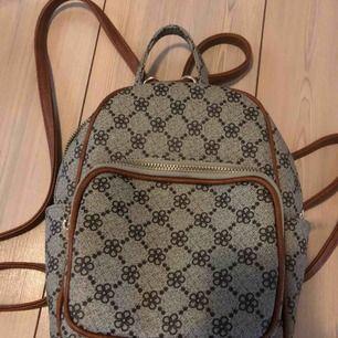 Mini-ryggsäck i fint mönster. Påminner lite om LV väskan:-) Nyskick!