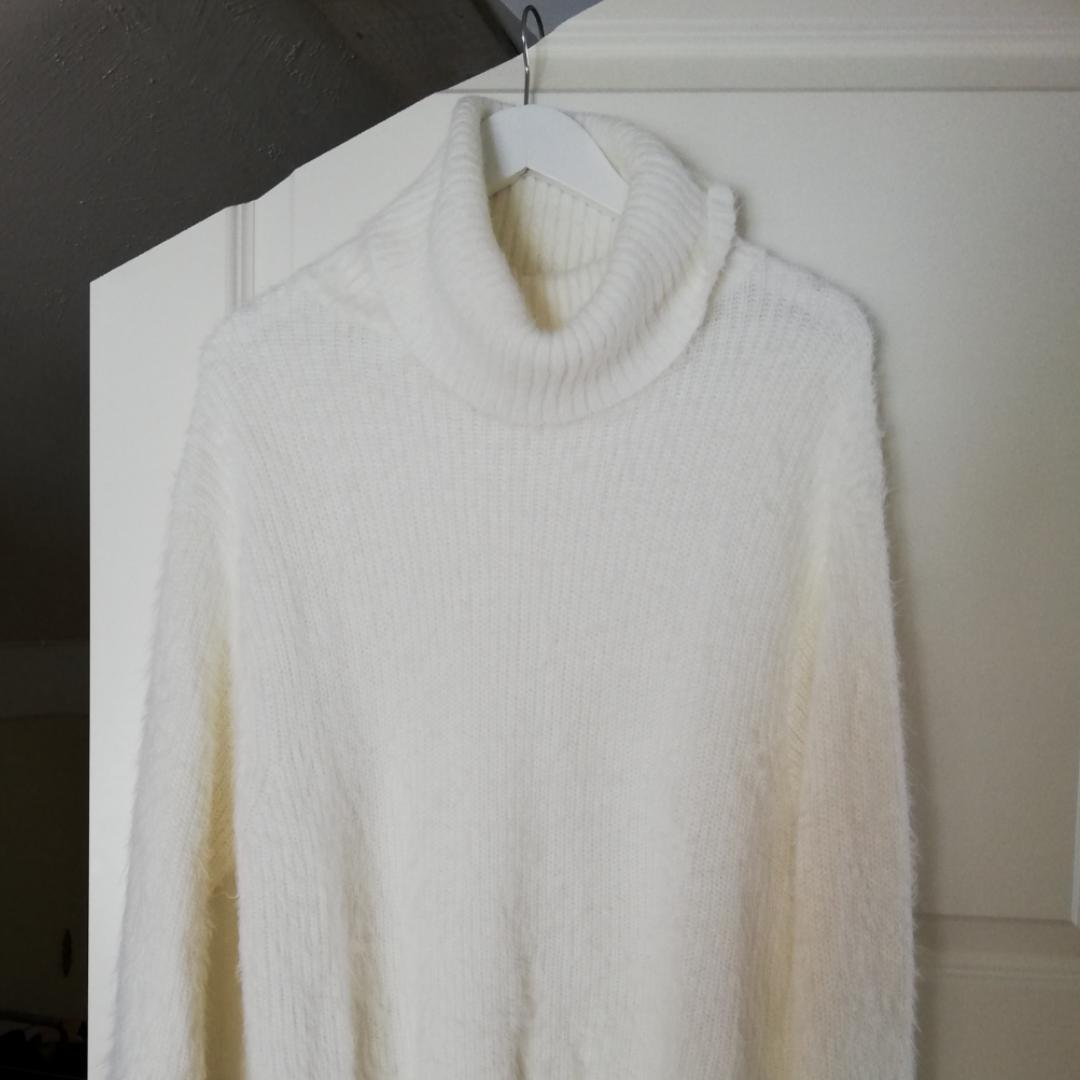 Supermysig stickad tröja från HM i storlek S. Den är så gott som nyskick då den endast är använd någon enstaka gång. Färgen i verkligheten stämmer bäst överens med 1a bilden. . Stickat.