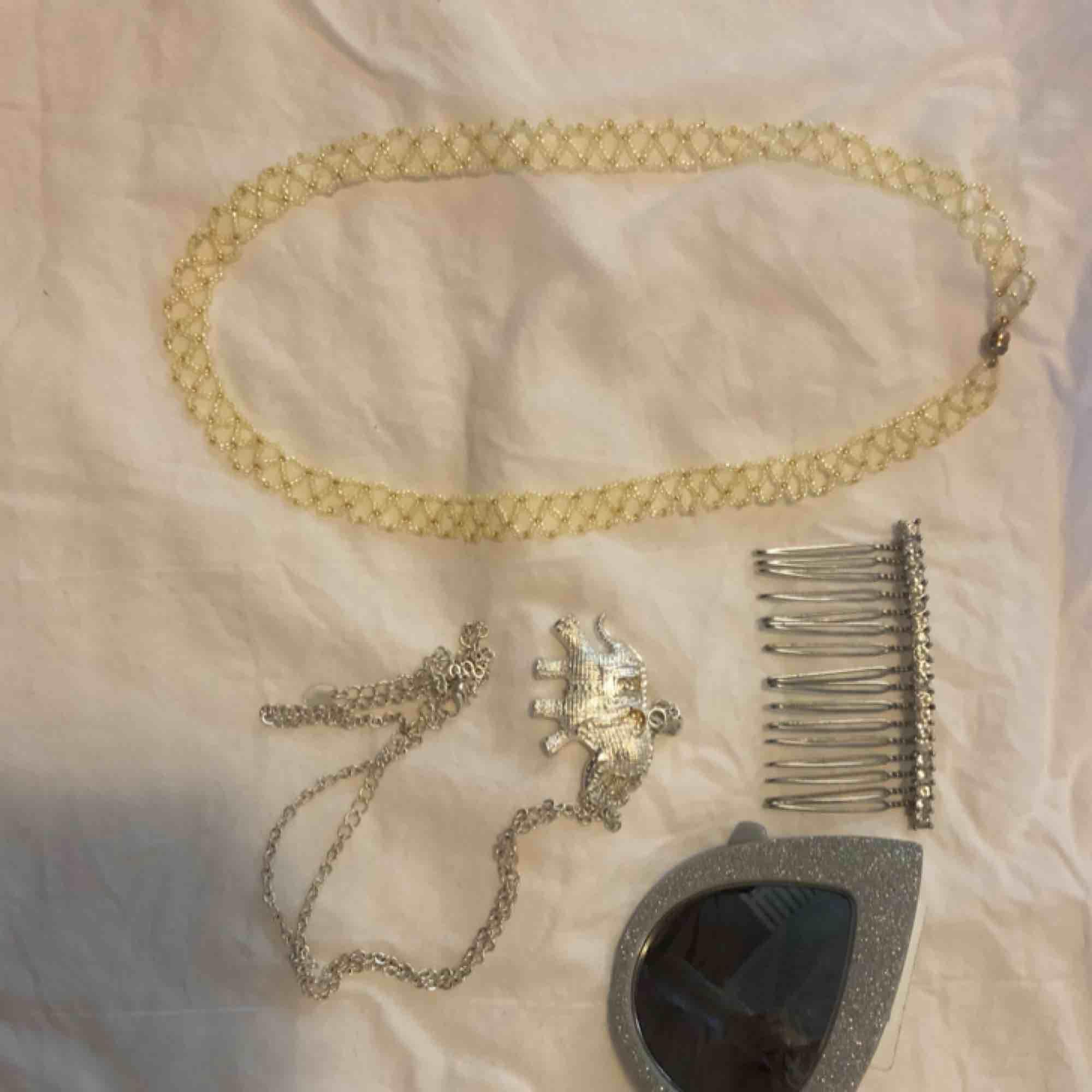 Grönt pärlhalsband som är såå fiiint !!! 90kr Hårkam 50kr Solglasögon i silver från River Island 80kr Halsband 20kr. Accessoarer.