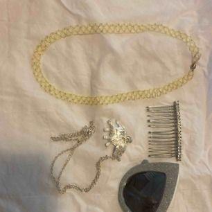 Grönt pärlhalsband som är såå fiiint !!! 90kr Hårkam 50kr Solglasögon i silver från River Island 80kr Halsband 20kr