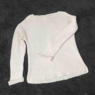 Vit stickad tröja från ZARA barn, strl 164 men passar mig som vanligtvis är XS/S så funkar även att ha om man inte handlar från barnavdelningen