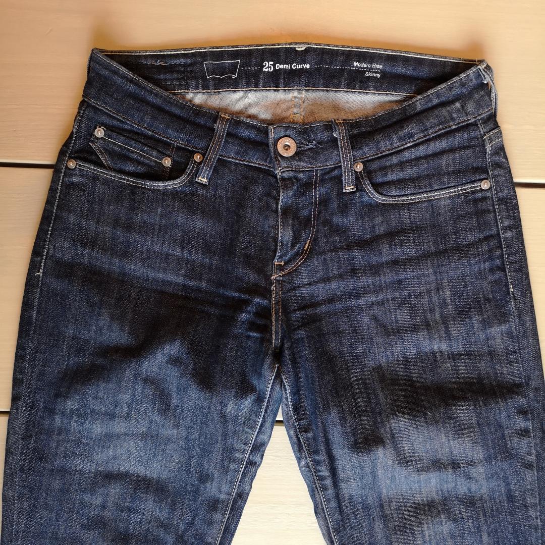 Levi's Modern Rise Skinny, i storlek 25 Demi Curve. Snygg mörkblå tvätt, med en liten slitning på ena knät som syns som en vit prick på bilderna. Annars i fint skick! . Jeans & Byxor.