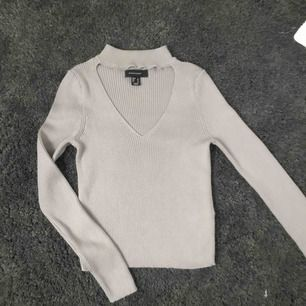 Grå tröja från Primark, köpt i London. Lite kortare k modellen samt en fin urringning!