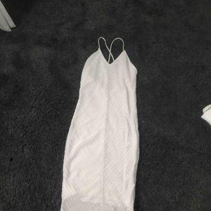 """Superfin tight klänning från bikbok med ett """"virkat"""" mönster (se bild 2), perfekt till sommaren, student, midsommar, fest osv! Använd 1 gång"""