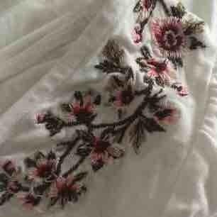 Otroligt mjuk vit tröja med broderade blommor på axlarna. Tröjan är från märket American eagle outfitters och använd bara ett fåtal gånger.  För referens brukar jag ha storlek XS/S  Frakt betalar köparen för!