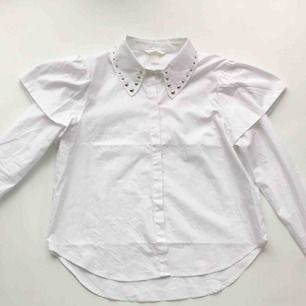 Skjortblus från H&M med nitar längst med kragen.  Använd 1 gång.