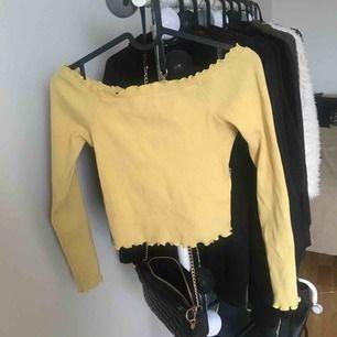 Croppad, off-shoulder tröja med volanger. Lite mörkare citrongul. Pris kan diskuteras 🥰