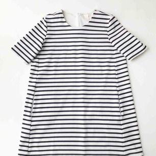 Blå/vit-randig klänning från H&M. Nästan inte använd och den är i mycket gott skick. Klänningen har även dragkedja i nacken och fickor på vardera sida.