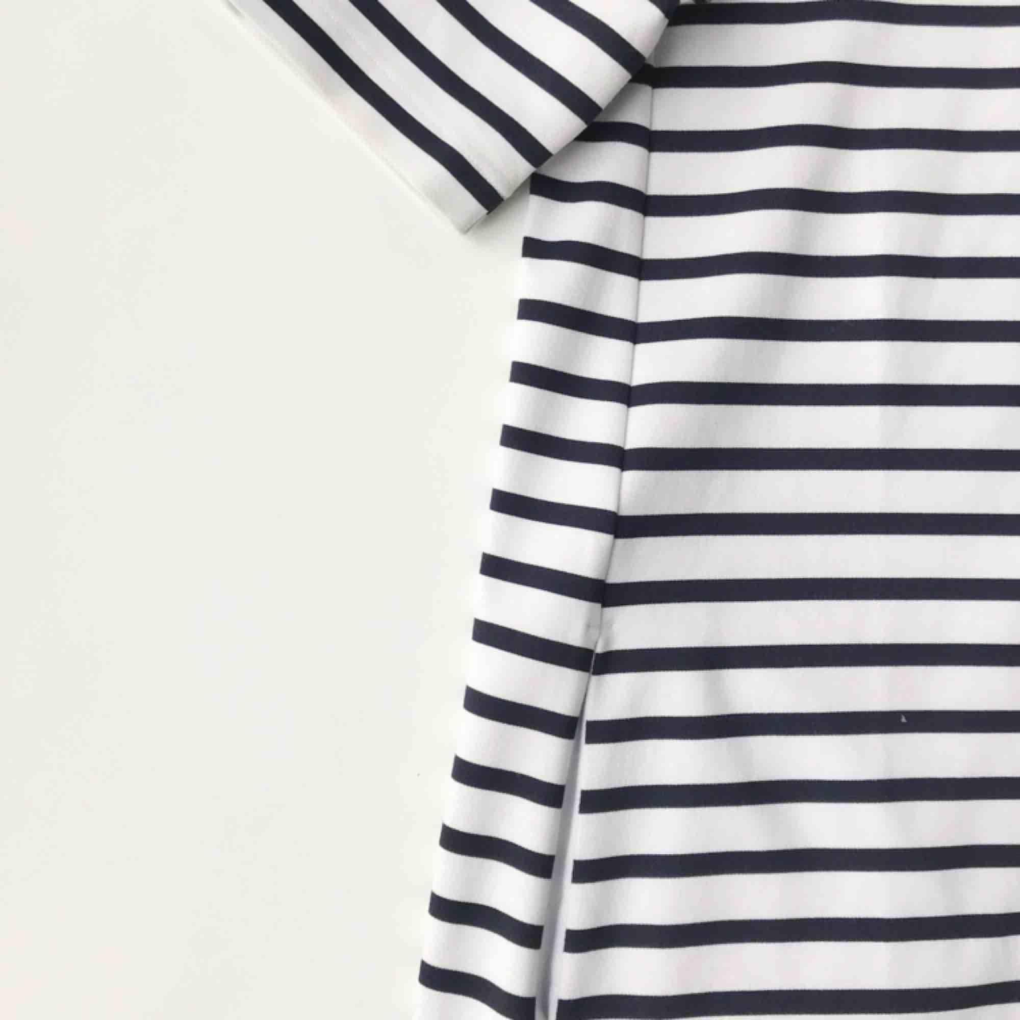 Blå/vit-randig klänning från H&M. Nästan inte använd och den är i mycket gott skick. Klänningen har även dragkedja i nacken och fickor på vardera sida. . Klänningar.