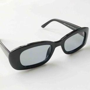 Svarta solglasögon från Asos. Orginalpris 165kr. Jag säljer dom för 60kr. Använda 2-3 gånger.