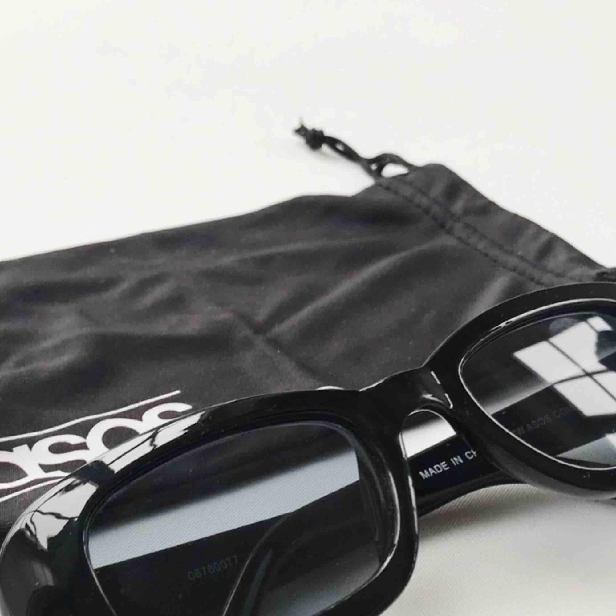 Svarta solglasögon från Asos. Orginalpris 165kr. Jag säljer dom för 60kr. Använda 2-3 gånger. . Accessoarer.