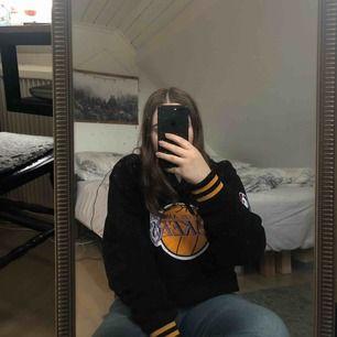 Skitsnygg LA Lakers basket hoodie! Köpt på en marknad utomlands. Står att märket är adidas men det är tveksamt. Priset är inklusive frakt (79kr). Tar endast swish!