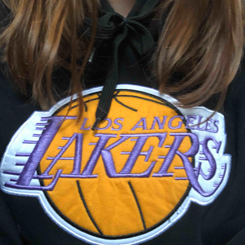 Skitsnygg LA Lakers basket hoodie! Köpt på en marknad utomlands. Står att märket är adidas men det är tveksamt. Priset är inklusive frakt (79kr). Tar endast swish!. Huvtröjor & Träningströjor.