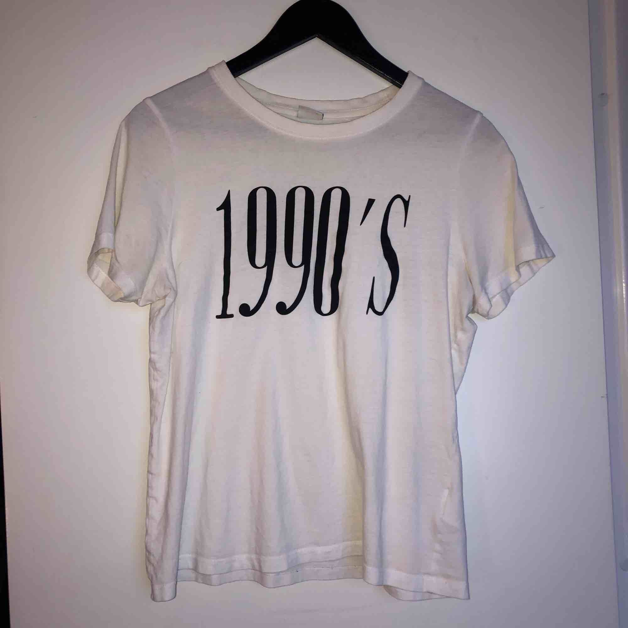 Vit tshirt med 19's tryck på😉. T-shirts.