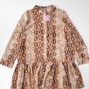 Oanvänd klänning från Missguided. Orm-mönstrad med volang. Orginalpris är 25£=308kr. Jag säljer klänningen för 180 kr.