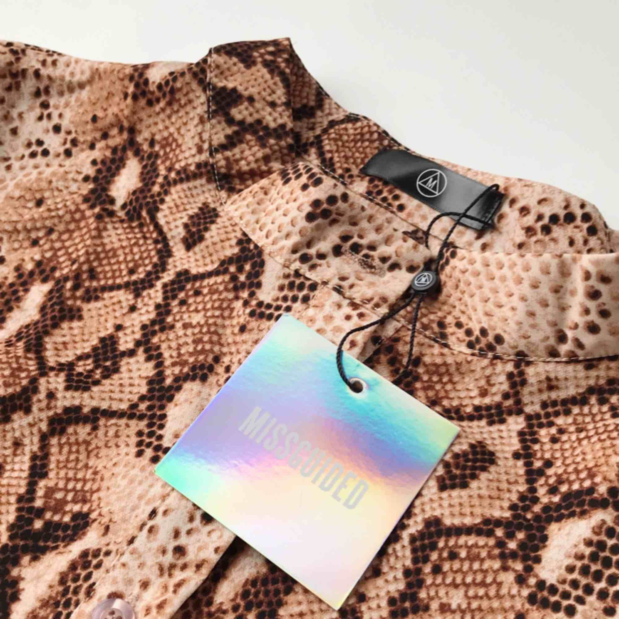 Oanvänd klänning från Missguided. Orm-mönstrad med volang. Orginalpris är 25£=308kr. Jag säljer klänningen för 180 kr. . Klänningar.