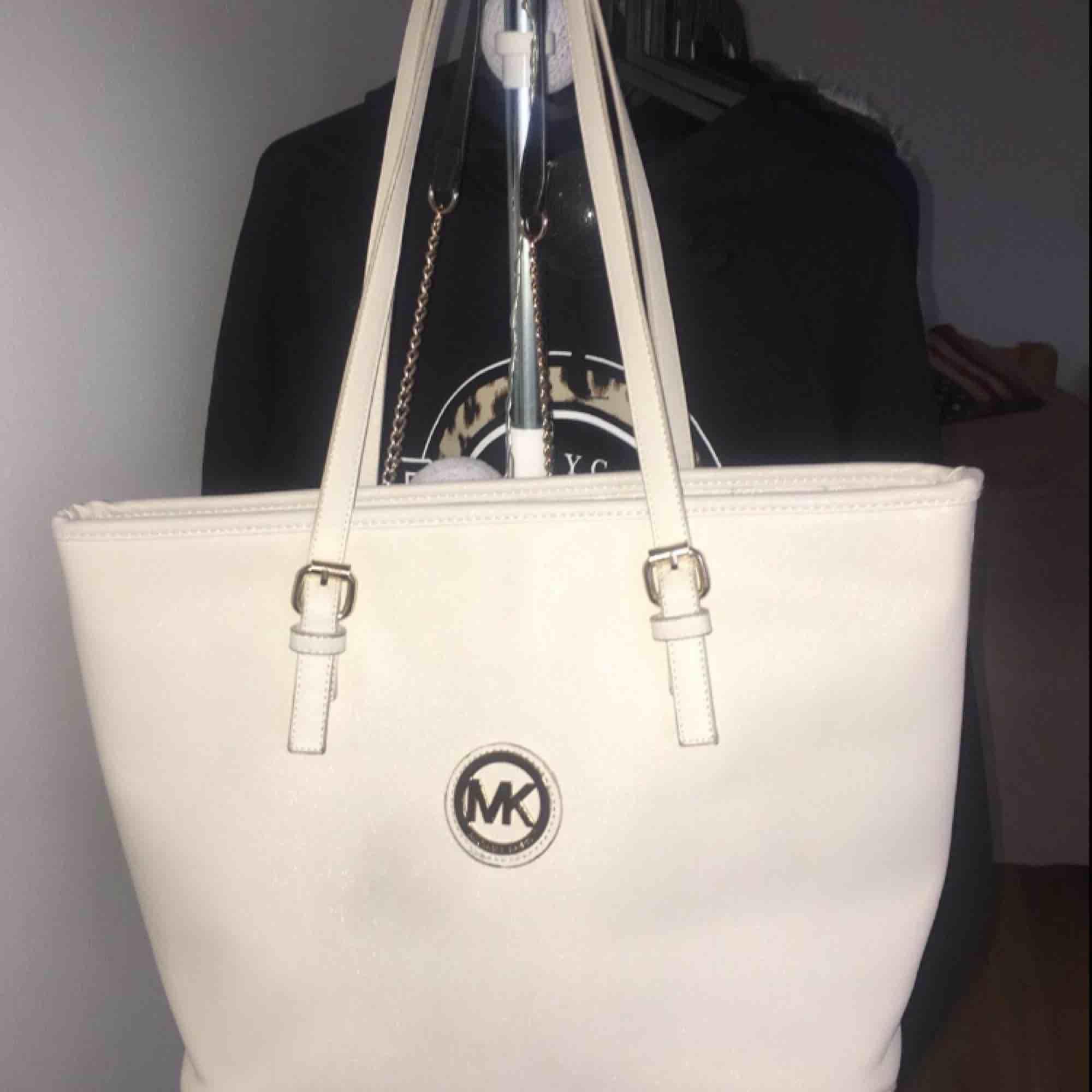 Fake MK-väska Gräddvit, rätt stor Fraktas eller möts helst upp i sthlm Pris kan diskuteras. Väskor.