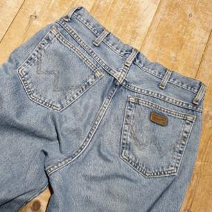 Säljer dessa jättesnygga jeans från wrangler :) Säljer pga för stora. Jättesnygg tvätt och stil :) skicket är prima. Fraktar bara och frakten går på 90 kr.