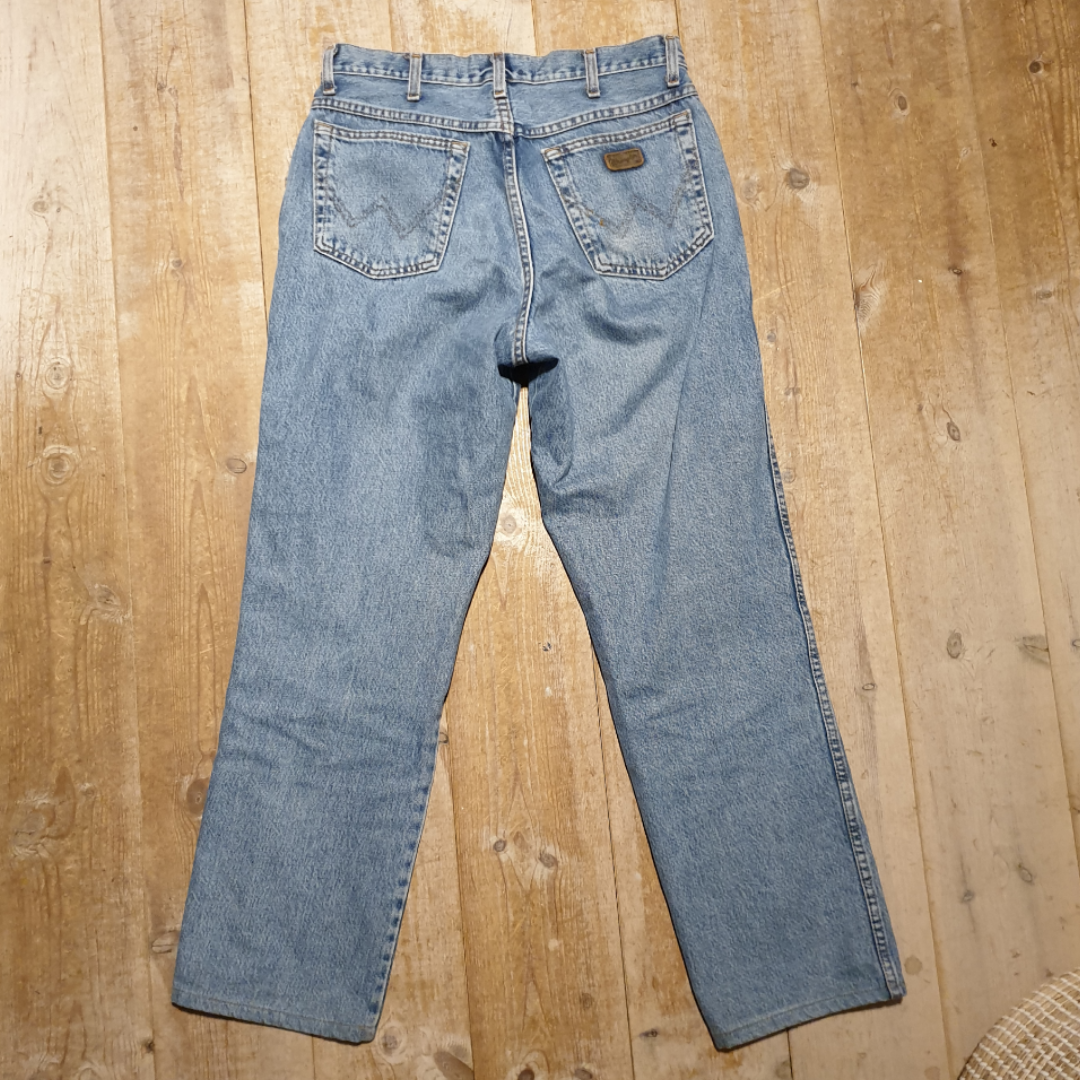 Säljer dessa jättesnygga jeans från wrangler :) Säljer pga för stora. Jättesnygg tvätt och stil :) skicket är prima. Fraktar bara och frakten går på 90 kr.. Jeans & Byxor.