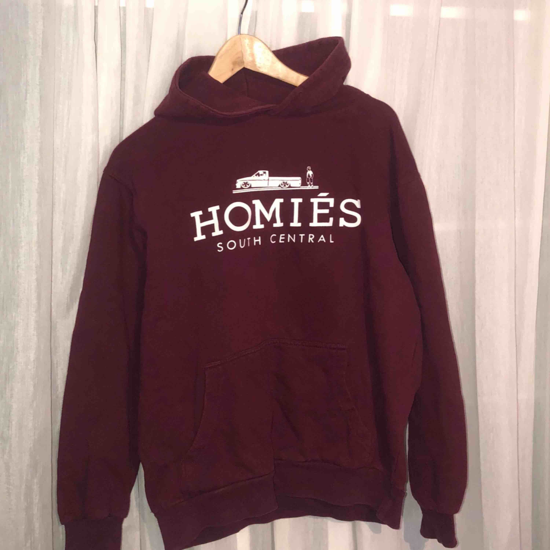 Vinröd hoodie från Homies South Centrals. Ganska välanvänd men inte trasig någonstans, snöret till luvan fattas. . Huvtröjor & Träningströjor.